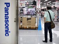 Человек у логотипа Panasonic Corp в магазине в Токио 31 июля 2014 года. Операционная прибыль японской Panasonic Corp поднялась на 18,1 процента в первом квартале, превысив ожидания аналитиков благодаря спросу на автодетали и оборудования для дома. REUTERS/Yuya Shino