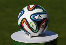 Мяч чемпионата мира в Сьоне 31 мая 2014 года. Один из крупнейших в мире производителей спортивных товаров Adidas сообщил в четверг, что сворачивает планы расширения в России, и ухудшил прогнозы на 2014 и 2015 годы. REUTERS/Denis Balibouse