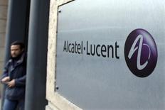 Alcatel-Lucent (-5,78%) accuse la plus forte baisse de la Bourse de Paris vers 13h30, quand le CAC recule de 0,72% à 4.281,26 points. Les craintes d'un ralentissement à venir de la demande sur son marché clef américain éclipsent la poursuite du redressement au deuxième trimestre. /Photo d'archives/REUTERS/Charles Platiau