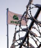 Флаг ЮКОСа на НПЗ Юганскнефтегаза под Нефтеюганском 17 декабря 2004 года. Европейский суд по правам человека в Страсбурге обязал Россию выплатить 1,86 миллиарда евро ($2,6 миллиарда) акционерам некогда крупнейшей российской нефтекомпании Юкос, которые в понедельник добились удовлетворения $50-миллиардного иска к РФ в другом суде - в Гааге. REUTERS/Sergei Karpukhin