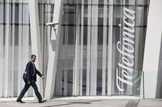 Telefonica, premier opérateur de télécoms européen par le chiffre d'affaires, annonce jeudi une chute de 15% de son résultat d'exploitation à 4,13 milliards d'euros au deuxième trimestre sur un chiffre d'affaires de 12,73 milliards, en baisse de 11,8%, des chiffres conformes aux attentes; /Photo prise le 31 juillet 2014/REUTERS/Albert Gea