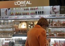 L'Oréal fait état jeudi d'une modeste accélération de sa croissance organique au deuxième trimestre et d'une progression de sa marge opérationnelle semestrielle. /Photo d'archives/REUTERS/Ints Kalnins