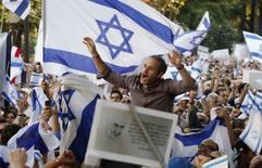 Des milliers de personnes ont participé jeudi au premier rassemblement de soutien à Israël organisé à Paris depuis le lancement de l'offensive israélienne dans la bande de Gaza qui a fait en trois semaines plus de 1.400 morts, dont de nombreux civils, côté palestinien et près de 60 morts côté israélien. /Photo prise le 31 juillet 2014/REUTERS/Christian Hartmann
