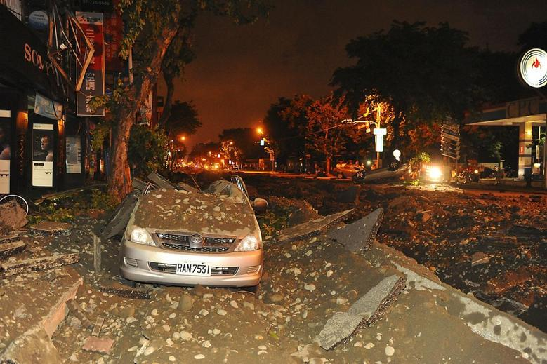 Wreckage of a damaged car is pictured after an explosion in Kaohsiung, southern Taiwan, August 1, 2014.  REUTERS/Stringer