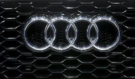 Логотип Audi на радиаторной решетке автомобиля на автошоу в Женеве 5 марта 2014 года. Чистая прибыль и ликвидность немецкого автопроизводителя Audi выросли за первые шесть месяцев 2014 года благодаря росту продаж машин премиум-класса до нового рекордного уровня. REUTERS/Arnd Wiegmann