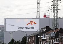 Вид на завод ArcelorMittal в Льеже 18 сентября 2012 года. Крупнейший в мире производитель стали ArcelorMittal сократил прогноз доналоговой прибыли (EBITDA) в этом году после того, как низкие цены на железную руду привели к снижению прибыли горнодобывающего бизнеса компании. REUTERS/Francois Lenoir