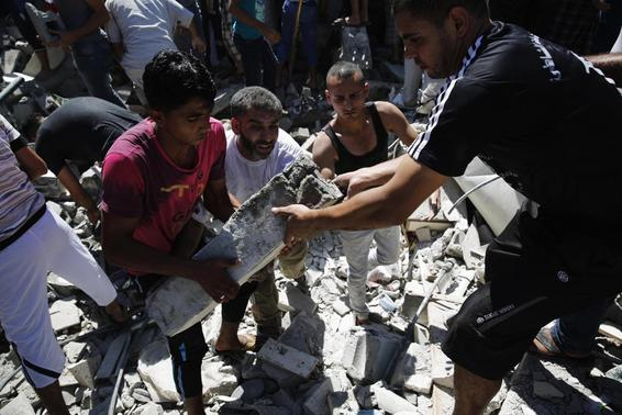 Palestinians dig through the rubble of a building searching for bodies after what police said was an Israeli air strike at Shati (Beach) refugee camp in Gaza City August 4, 2014.     REUTERS-Finbarr O'Reilly