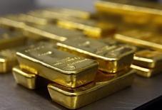 Слитки золота в хранилище  Pro Aurum в Мюнхене 3 марта 2014 года. Цены на золото стабильны в районе $1.295 за унцию благодаря неожиданно слабым данным США об уровне занятости, которые заставили инвесторов сомневаться в ожидаемом повышении ключевой ставки американским Центробанком. REUTERS/Michael Dalder