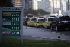 Imagen de archivo de los precios de diversos combustibles en una gasolinera de Petrobras ubicada en la playa de Copacabana en Río de Janeiro, nov 29 2013.. La estatal brasileña Petrobras no cumpliría este año con su meta de incremento de 7,5 por ciento (+/- un punto porcentual) en la producción de petróleo y gas, dijo el lunes una fuente del Gobierno con conocimiento del tema. REUTERS/Ricardo Moraes
