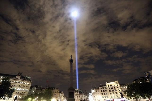 Light is beamed into the sky from Trafalgar Square to mark the100th anniversary of the outbreak of World War One, in London August 4, 2014. REUTERS/Paul Hackett