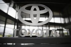 Логотип Toyota в салоне компании в Варшаве 11 апреля 2014 года. Toyota Motor Corp увеличила операционную прибыль в апреле-июне на превзошедшие ожидания 4,4 процента и повысила прогноз продаж в Северной Америке в финансовом году благодаря хорошим продажам внедорожников и пикапов в США, крупнейшем для компании рынке. REUTERS/Kacper Pempel