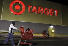 Le distributeur américain Target a réduit sa prévision de résultat pour son deuxième trimestre fiscal clos fin juillet, mettant en avant les suites du vol de données qu'il a subi l'an dernier mais aussi l'effet de promotions dans ses magasins nord-américains. /Photo d'archives/REUTERS/Jonathan Alcorn