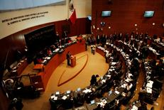 Imagen de archivo de una votación al interior del Senado en Ciudad de México, dic 10 2013. El Congreso de México aprobó el martes una ley considerada la piedra angular de un paquete de reglas para implementar una histórica reforma energética que abrirá el sector a la inversión privada.  REUTERS/Henry Romero
