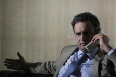 Candidato do PSDB à Presidência, Aécio Neves, fala ao telefone durante entrevista à Reuters em Brasília. 03/04/2014. REUTERS/Ueslei Marcelino