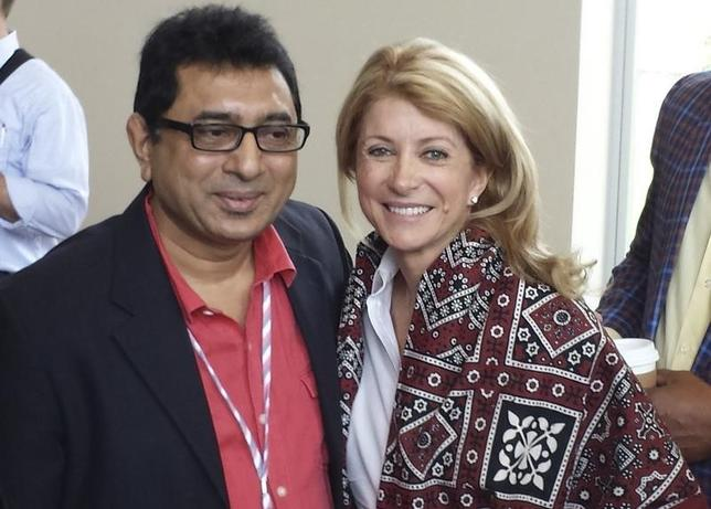 Texas Democratic candidate for governor Wendy Davis poses for photographs with an unidentified delegate at the Texas Democrats State Convention in Dallas, Texas, June 28, 2014.  REUTERS/Jon Herskovitz