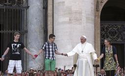 O papa Francisco participa de um evento com jovens e coroinhas na Praça São Pedro, no Vaticano, nesta terça-feira. 05/08/2014 REUTERS/ Stefano Rellandini