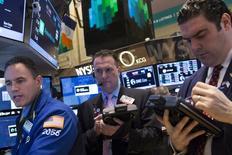 Трейдеры на торгах Нью-Йоркской фондовой биржи 10 февраля 2014 года. Американские фондовые индексы завершили торги вторника снижением, испугавшись эскалации напряжения на Украине. REUTERS/Brendan
