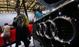 Автомобиль Audi на автосалоне в Шанхае 21 апреля 2013 года. Китай намерен наказать автопроизводителей Audi и Chrysler, как и ряд компаний из Японии, производящих комплектующие для машин, из-за нарушения антимонопольного законодательства Поднебесной. REUTERS/Carlos Barria