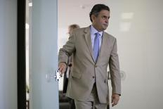 O candidato do PSDB à Presidência, Aécio Neves, chega para entrevista à Reuters no Senado, em Brasília. 03/04/2014. REUTERS/Ueslei Marcelino