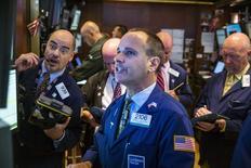 Un grupo de operadores en la bolsa de Wall Street poco después de la apertura de la rueda de negocios, ago 6 2014. Las acciones subían el miércoles en la bolsa de Nueva York, apoyadas por compras puntuales luego de que el índice S&P 500 tocara un mínimo de más de dos meses, aunque la escalada en el conflicto Rusia-Ucrania y el fracaso de dos adquisiciones corporativas limitaban los avances.  REUTERS/Lucas Jackson