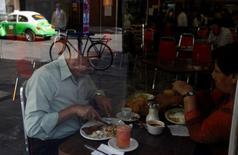 Imagen de archivo de unas personas desayunando en un restaurante en Ciudad dee México, mayo 6 2009. La inflación de México se aceleró a un 4.07 por ciento en julio a tasa anual, ligeramente arriba de lo esperado por analistas, impulsada por alzas en los precios de productos agropecuarios, energéticos y servicios, mostraron el jueves cifras oficiales. REUTERS/Eliana Aponte