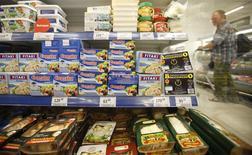Productos lácteos y de otro tipo a la venta en una tienda en Moscú, ago 7 2014. Los precios mundiales de los alimentos alcanzaron en julio un mínimo de seis meses, presionados por fuertes descensos en los cereales, las semillas oleaginosas y los lácteos, lo que contrarrestó un repunte en los precios del azúcar y la carne, dijo el jueves la agencia de alimentos de Naciones Unidas. REUTERS/Maxim Zmeyev