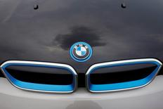 Logo da BMW fotografado em um capô de um carro na Cidade do México. 3/07/2014. REUTERS/Carlos Jasso