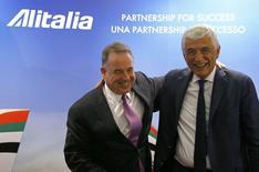 Le directeur général d'Etihad Airways James Hogan (à gauche) et l'administrateur délégué d'Alitalia Gabriele Del Torchio, à Rome. Les deux compagnies aériennes ont scellé leur alliance vendredi censée éviter le dépôt de bilan du groupe italien en difficulté./Photo prise le 8 août 2014/REUTERS/Stefano Rellandini