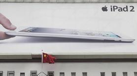 Les produits d'Apple tels que les tablettes et ordinateurs portables ne sont pas exclus des listes de fournisseurs du gouvernement chinois, selon le responsable du centre d'achat du pays, contrairement à des informations de presse publiées cette semaine.  La liste évoquée cette semaine ne serait que l'une parmi tant d'autres dressée par Pékin en matière d'achats centraux et concernerait seulement les produits économes en énergie. Apple n'a jamais été sur cette liste, a déclaré par e-mail la firme à la pomme sans souhaiter vouloir donner plus de détails.  /Photo d'archives/REUTERS