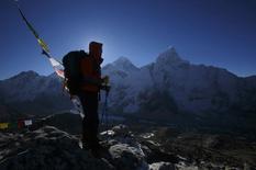 Les grimpeurs devront dépenser plus à partir du mois prochain pour l'assurance couvrant les sherpas qui les guident vers l'Everest et les autres sommets himalayens, annonce le gouvernement népalais. L'assurance passera de 10.000 dollars (7.500 euros) à 15.000 dollars (11.200 euros environ). /Photo prise le 7 mai 2014/REUTERS/Navesh Chitrakar