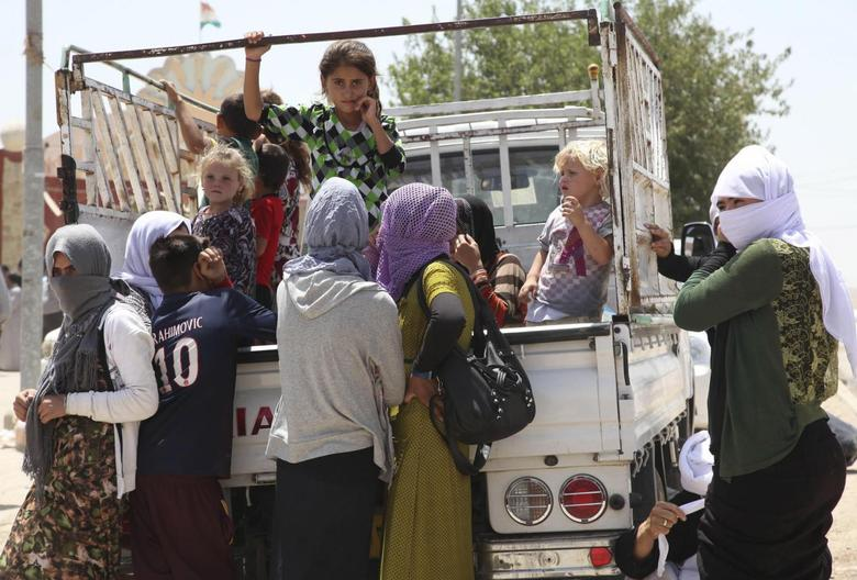 Displaced families from the minority Yazidi sect, fleeing the violence in the Iraqi town of Sinjarl west of Mosul, arrive at Dohuk province, August 4, 2014.  REUTERS/Ari Jala