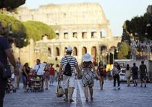 L'Italie parviendra à contenir son déficit budgétaire sous la limite des 3% du produit intérieur brut (PIB) cette année, sans nouvelles mesures d'austérité, affirme le président du Conseil Matteo Renzi dans une interview publiée par le Financial Times. /Photo d'archives/REUTERS/Alessandro Bianchi