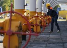 Газовое хранилище рядом с городом Стрый 21 мая 2014 года. Украина, которую Газпром отключил от российского газа за долги, намерена сама лишить российский концерн доступа к европейским потребителям, предлагая продавать весь экспортный газ на российско-украинской границе. REUTERS/Gleb Garanich