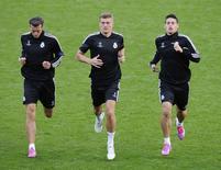 Os jogadores do Real Madrid (e/d) Gareth Bale, Toni Kroos e James Rodríguez treinam em no estádio de Cardiff, na Grã-Bretanha, nesta segunda-feira. 11/08/2014