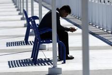 Un projet de la loi présenté lundi propose d'équiper tous les smartphones vendus en Californie d'un système de neutralisation à distance pour décourager les voleurs. /Photo d'archives/REUTERS/Mike Blake