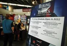 Un anuncio de empleo en una feria laboral para militares en retiro y sus familiares en Washington, abr 9 2014. Las aperturas de empleos en Estados Unidos subieron en junio a su mayor nivel en más de 13 años y las contrataciones se aceleraron, lo que apunta a cierta reducción de la capacidad ociosa en el mercado laboral.   REUTERS/Gary Cameron