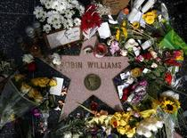 Flores são vistas em estrela de Robin Williams na Calçada da Fama, em Los Angeles.  REUTERS/Lucy Nicholson