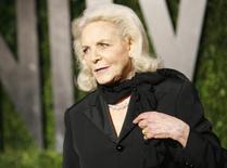 Foto de archivo: Lauren Bacall llega a la fiesta del Oscar 2010 de la revista Vanity Fair en West Hollywood, California. 8 marzo, 2010. La estrella de cine Lauren Bacall murió a los 89 años, informaron el martes los herederos de la familia Bogart. REUTERS/Danny Moloshok