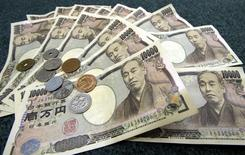Банкноты и монеты японской иены 3 марта 2006 года. Иена осталась на прежнем уровне к доллару в среду, практически не отреагировав на сокращение экономики Японии в апреле-июне, а евро колеблется чуть выше минимумов предыдущего дня. REUTERS/Toshiyuki Aizawa