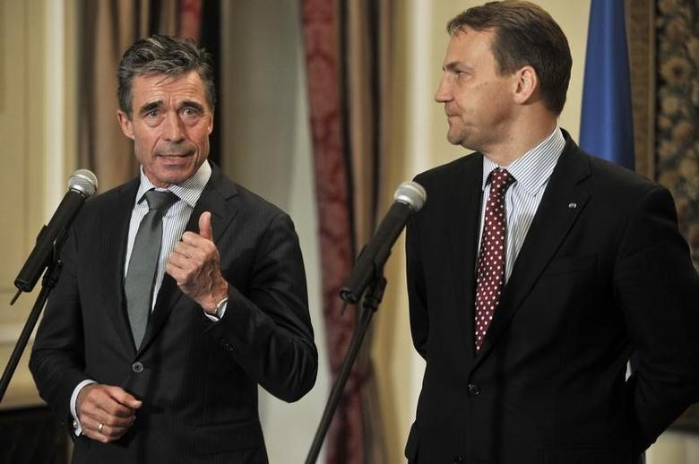 NATO Secretary General Anders Fogh Rasmussen (L) speaks next to Poland's Minister of Foreign Affairs (R), Radoslaw Sikorski  at the Przezdziecki Palace in Warsaw May 7, 2014. REUTERS/Filip Klimaszewski