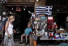 Dans une rue d'Athènes. Les pays de la zone euro ont autorisé le versement d'une tranche d'aide d'un milliard d'euros à la Grèce à la suite du vote d'une série de mesures indispensables à l'octroi de ce nouveau soutien. /Photo prise le 13 août 2014/REUTERS/Alkis Konstantinidis