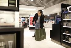 Мужчина в магазине Duty Free в аэропорту во Франкфурте-на-Майне 14 ноября 2012 года. Расходы туристов на покупки в мировых центрах шоппинга сократились впервые с 2009 года во втором квартале, в основном ввиду оттока русских покупателей, по которым ударила девальвация рубля и последствия украинского кризиса, сообщили специалисты отрасли. REUTERS/Lisi Niesner