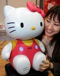 Japonesa ao lado de robô Hello Kitty em feira robótica de Tóquio. 30/11/2005 REUTERS/Yuriko Nakao