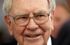 Le cours de l'action Berkshire Hathaway, le véhicule d'investissement fondé il y a près de 50 ans par le milliardaire Warren Buffett (photo), a dépassé jeudi pour la première fois de son histoire la barre des 200.000 dollars (149.566 euros). /Photo prise le 4 mai 2014/REUTERS/Rick Wilking