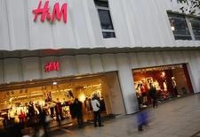 Le géant suédois de prêt-à-porter Hennes & Mauritz annonce vendredi une hausse de 17% de ses ventes en juillet en monnaies locales, un chiffre meilleur que prévu puisque les analystes interrogés par Reuters tablaient en moyenne sur une progression de 11%. /Photo d'archives/REUTERS/Kai Pfaffenbach