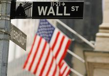 La Bourse de New York a débuté dans le vert vendredi et s'achemine vers une deuxième performance hebdomadaire positive, les investisseurs ayant écarté au moins temporairement l'hypothèse d'une escalade de la tension en Ukraine comme en Irak. Une dizaine de minutes après le début des échanges, le Dow Jones gagne 0,25%, le Standard & Poor's 500 progresse de 0,36% et le Nasdaq Composite prend 0,53%. /Photo d'archives/REUTERS/Lucas Jackson