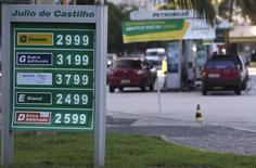 Los precios de diversos combustibles en una gasolinera en la playa carioca de Copacabana, Brasil, nov 29 2013. Las acciones preferentes de petrolera estatal brasileña Petrobras subían con fuerza el viernes, porque los inversores apostaban a que la presidenta Dilma Rousseff no será capaz de ganar la reelección en la primera vuelta de las elecciones de octubre. REUTERS/Ricardo Moraes