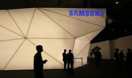En la imagen, personas visitan el stand de Samsung durante un congreso mundial en Barcelona, España. 24, febrero, 2014.  La compañía surcoreana Samsung extendió hasta 2020 su contrato como uno de los principales patrocinadores de los Juegos Olímpicos, anunció el domingo el Comité Olímpico Internacional (COI). REUTERS/Gustau Nacarino