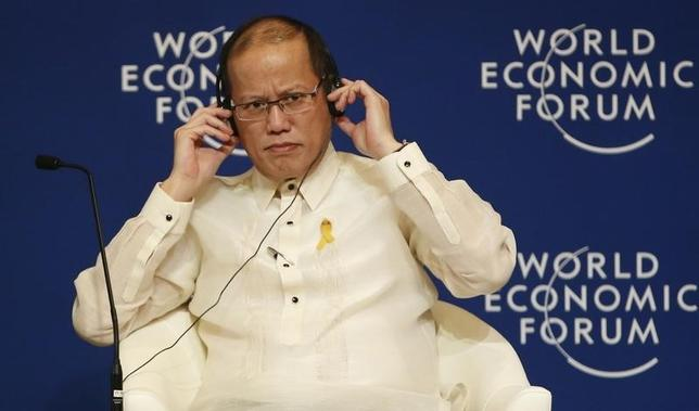 Philippine President Benigno Aquino listens on his headset during the opening plenary session of the World Economic Forum on East Asia, at Manila's Makati financial district May 22, 2014. REUTERS/Erik De Castro