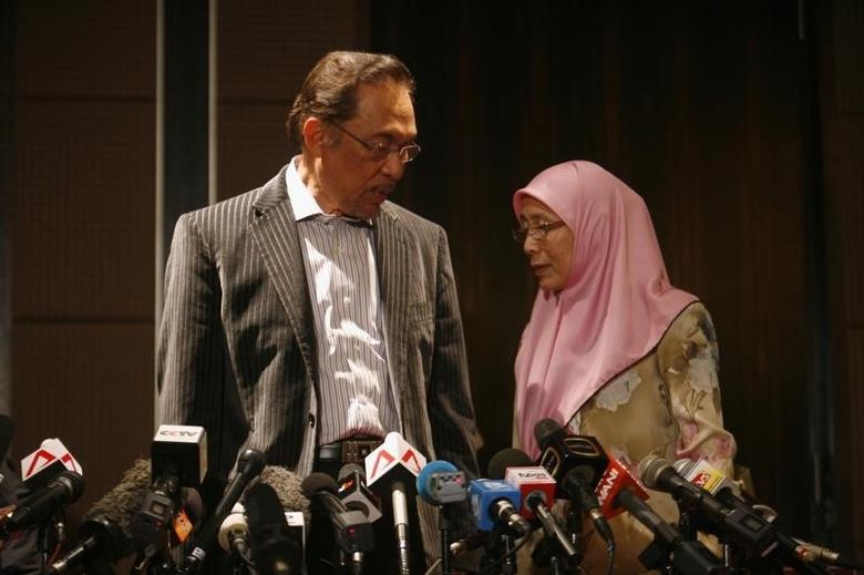 Malaysia's opposition leader Anwar Ibrahim (L) and his wife Wan Azizah Wan Ismail leave after a news conference in Kuala Lumpur early May 6, 2013.  REUTERS/Samsul Said